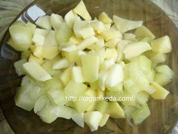 Грибной суп из сушеных белых грибов-рецепт_кубики картофеля и кабачка