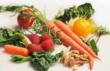 В каких продуктах много кальция_ягоды и фрукты
