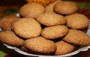 Кунжутное печенье рецепт_на тарелке