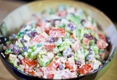 Какой салат можно приготовить из фасоли консервированной_с крабовыми палочками