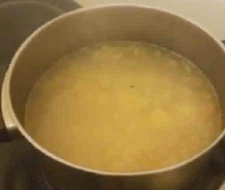_добавляем картофель в кастрюлю