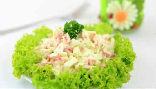 Salat Neptun s kal'marami i krabovymi palochkami