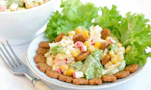 Salat s krabovymi palochkami i suharikami1