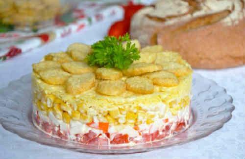 Salat s krabovymi palochkami i suharikami6