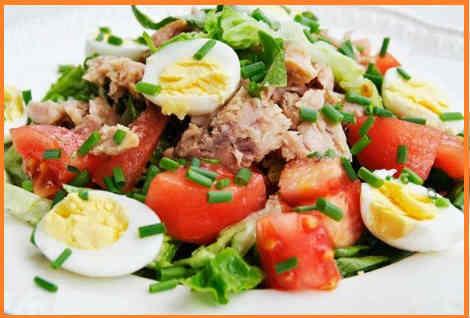 Salat s tuncom konservirovannym klassicheskij recept4
