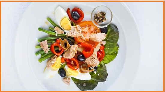 Salat s tuncom konservirovannym klassicheskij recept7
