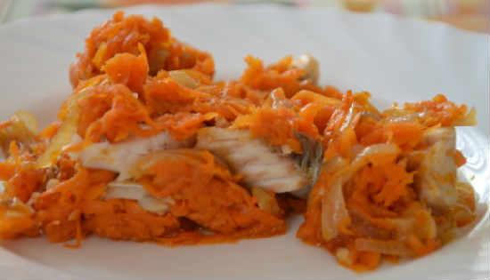 _отварной минтай под маринадом из моркови и лука, томатной пасты