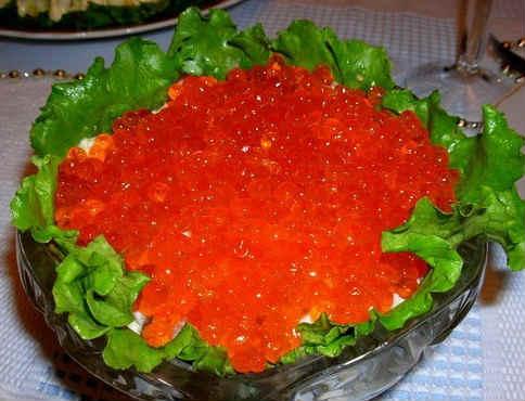 Salat carskij s krasnoj ikroj i kal'marami2