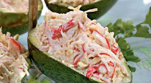 Salaty s avokado i krabovymi palochkami
