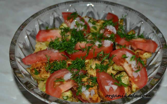 Salat iz kabachkov i pomidorov9