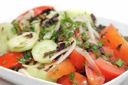 Gruzinskij salat s greckimi orekhami