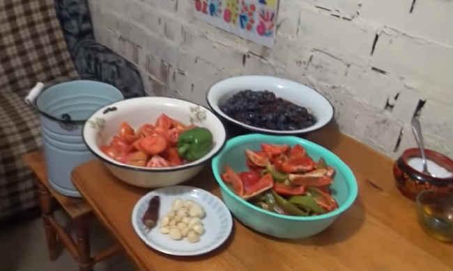 Ochen' vkusnyj sous iz sliv i pomidor na zimu13