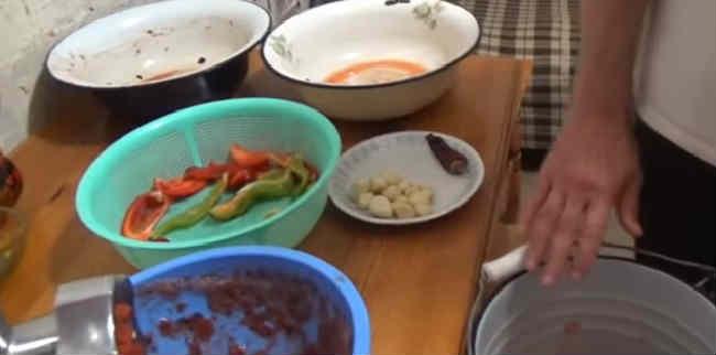 Ochen' vkusnyj sous iz sliv i pomidor na zimu17