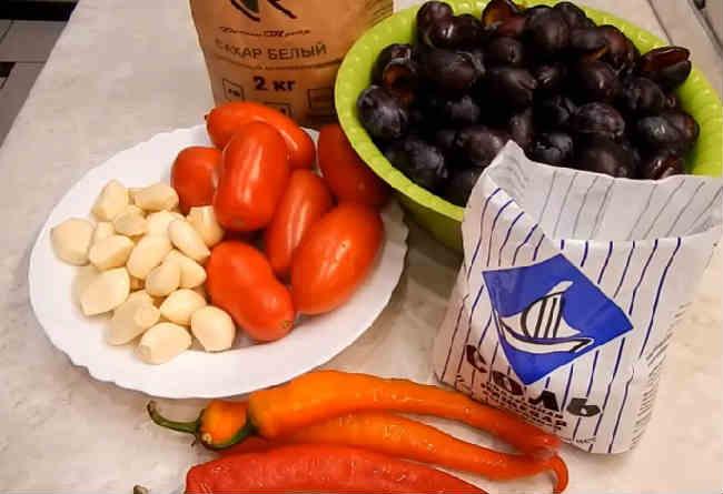 Ochen' vkusnyj sous iz sliv i pomidor na zimu24