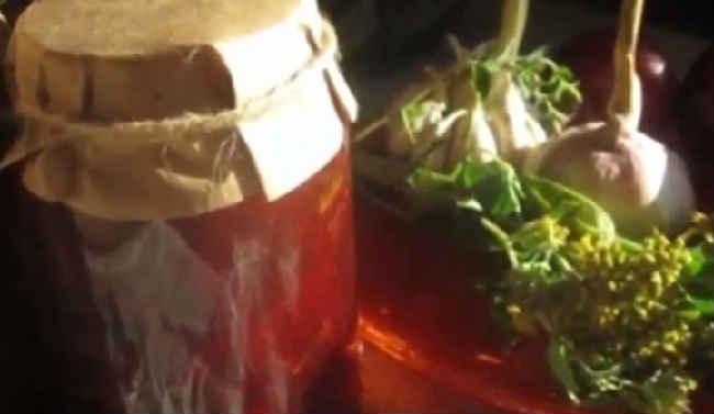 Ochen' vkusnyj sous iz sliv i pomidor na zimu36