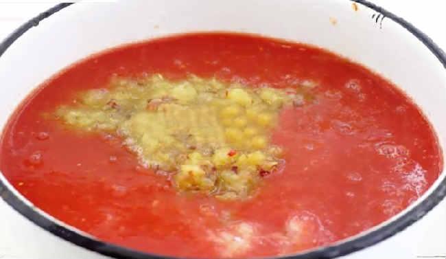 Ochen' vkusnyj sous iz sliv i pomidor na zimu9