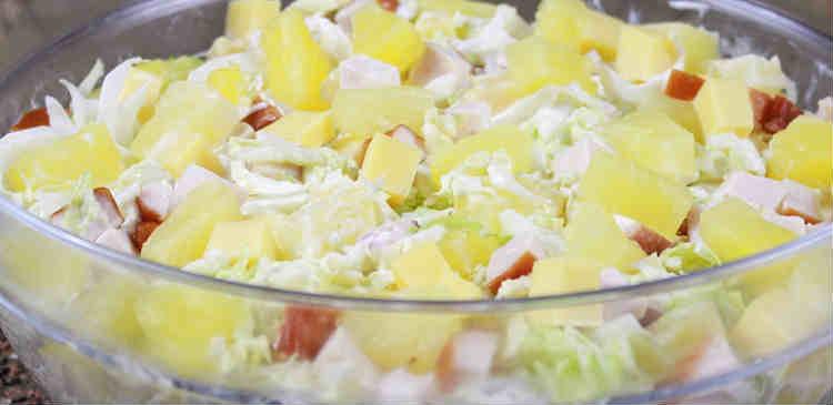 Salat s kopchenoj kuricej i ananasami16