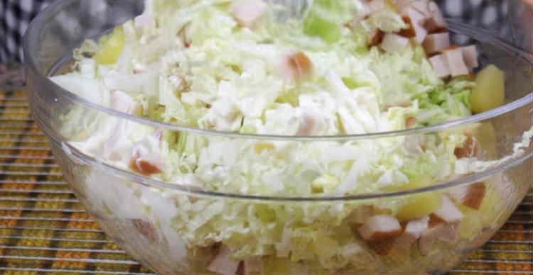Salat s kopchenoj kuricej i ananasami20