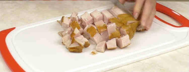 Salat s kopchenoj kuricej i ananasami21