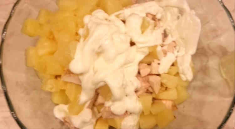 Salat s kopchenoj kuricej i ananasami6