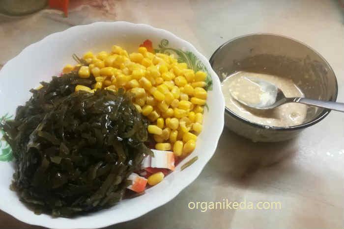 salat s morskoj kapustoj i krabovymi palochkam3