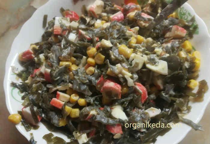 Салат с морской капустой, крабовыми палочками