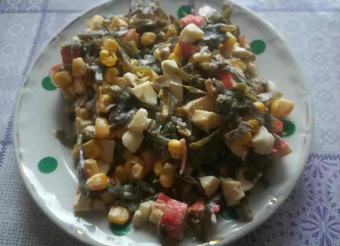 salat s morskoj kapustoj i krabovymi palochkam5