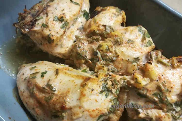 Куриная грудка под сметанно-чесночным соусом в духовке