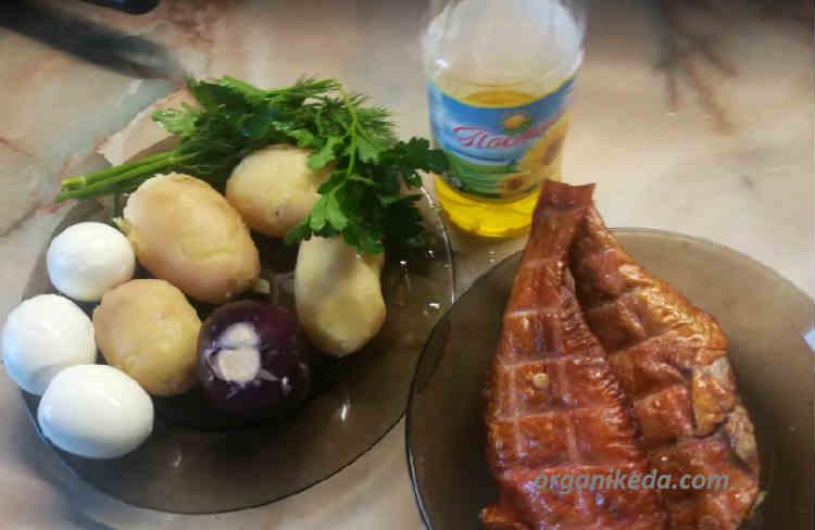 Salat iz morskogo okunya goryachego kopcheniya s kartofelem
