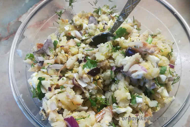Salat iz morskogo okunya goryachego kopcheniya s kartofelem7