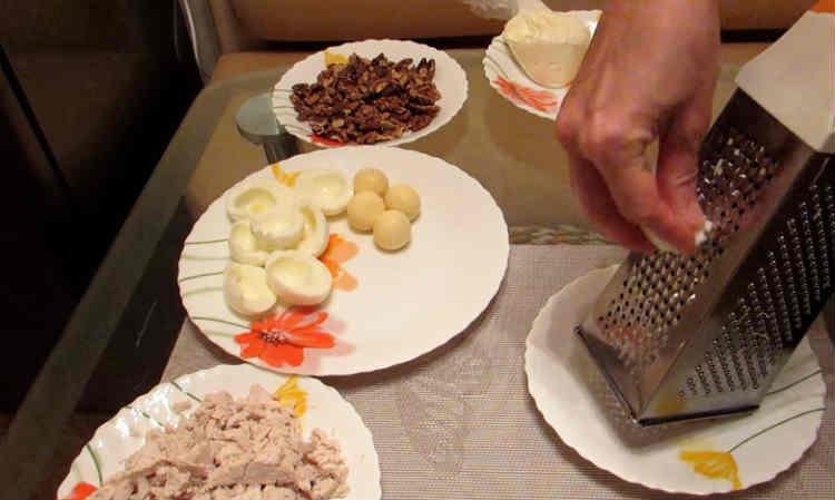 Salat Nezhnost' s kuricej i chernoslivom
