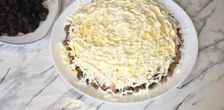 Salaty iz kopchenoj kuricy i chernosliva12