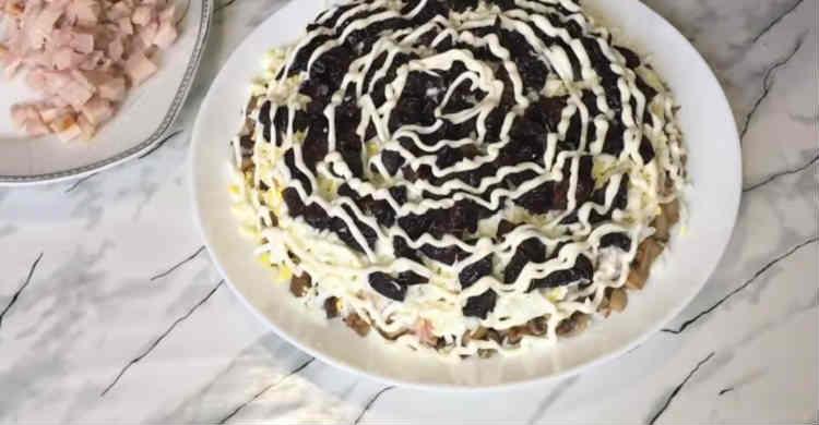 Salaty iz kopchenoj kuricy i chernosliva13