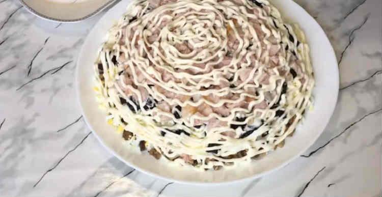 Salaty iz kopchenoj kuricy i chernosliva14