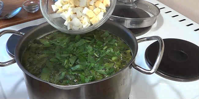 Klassicheskij recept shchavelevogo supa s yajcom i kuricej5