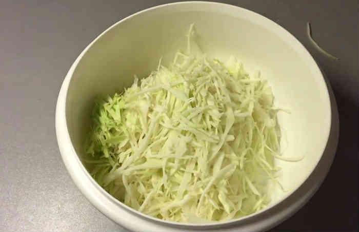 Salat s goroshkom konservirovannym i yajcom