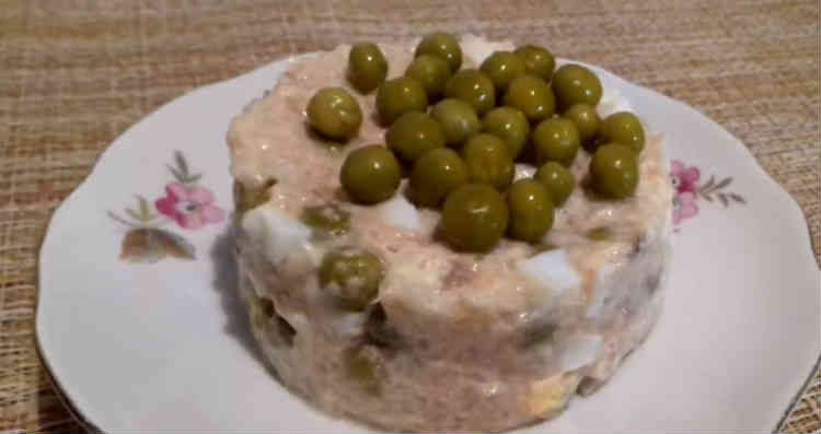 Salat s goroshkom konservirovannym i yajcom16