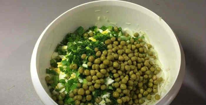Salat s goroshkom konservirovannym i yajcom2