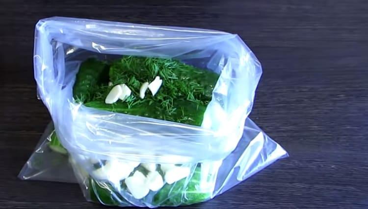 Malosol'nye ogurcy v pakete11