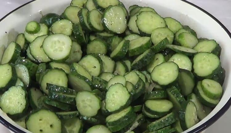 Salat iz ogurcov s gorchicej na zimu